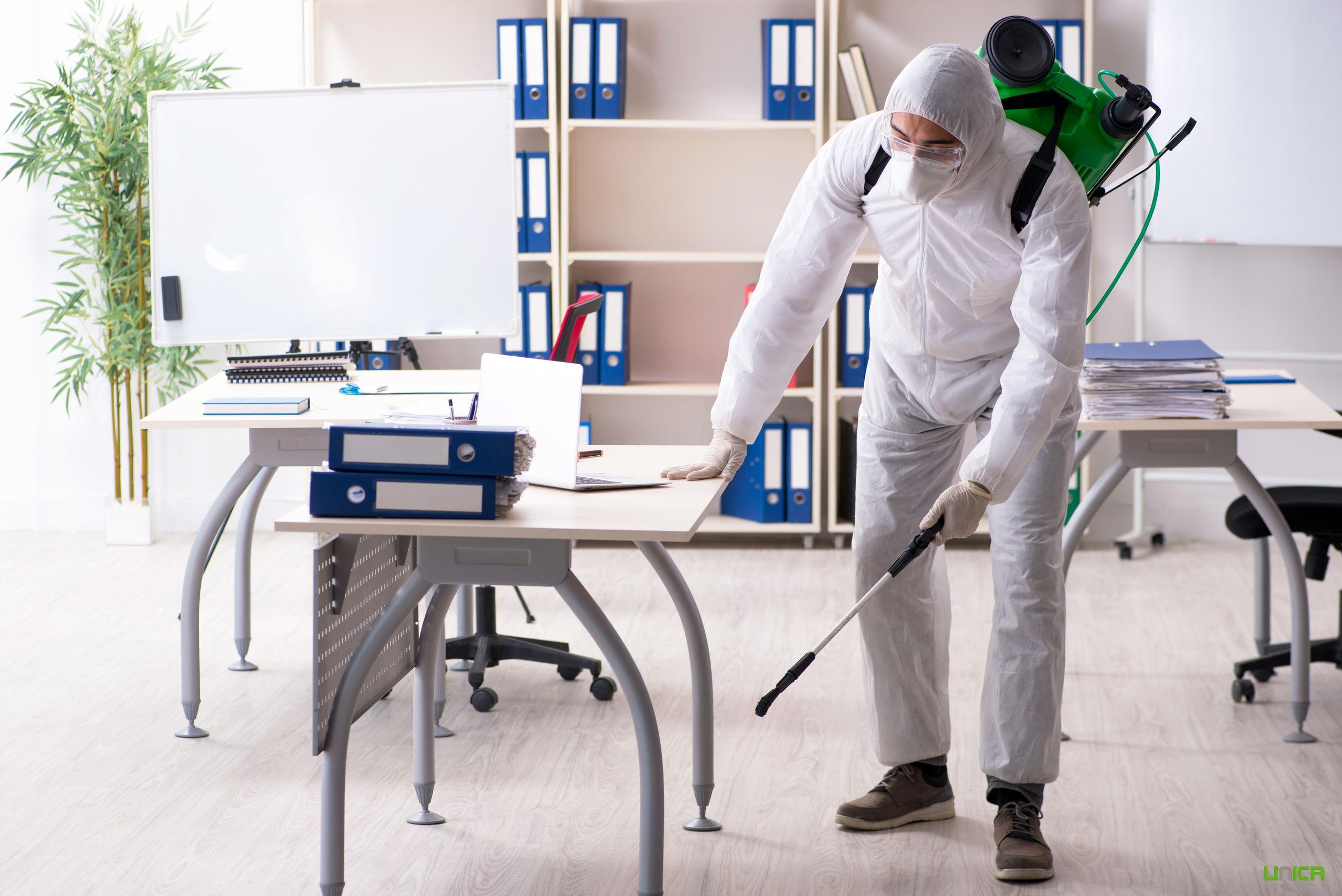 Profesional de limpieza en oficina